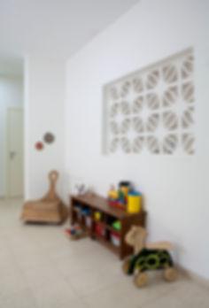 קיר המשרביות שמפריד בין הסלון לפינת המשפחה.