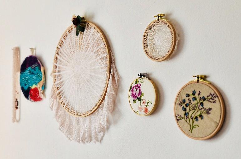 אוסף של חישוקי רקמה עם רקמות בכל מיני צבעים וסגנונות