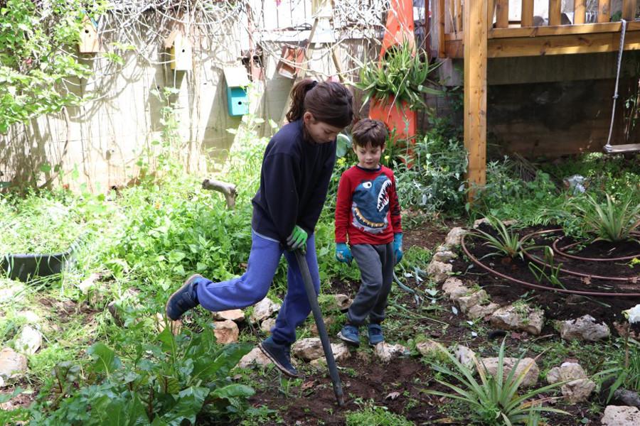 שני ילדיה החמודים של שירי עובדים בגן הירק הביתי.