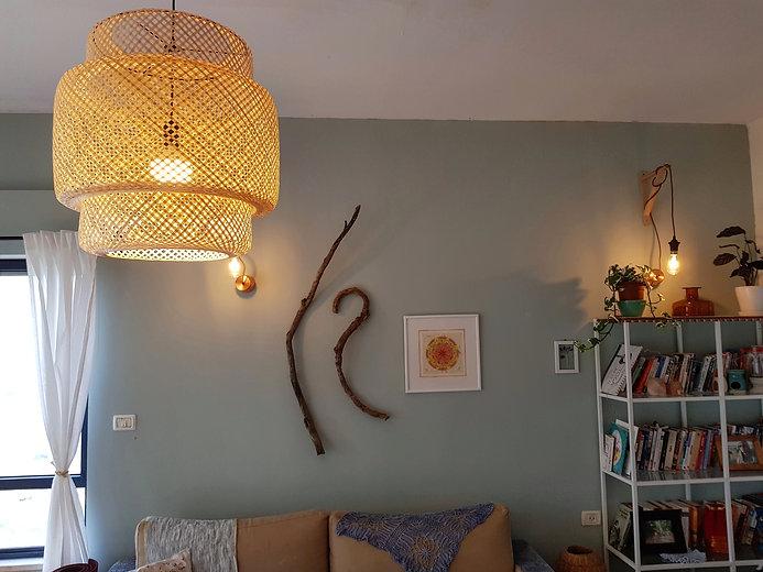 הקיר המרכזי בסלון. נצבע בגוון מנטה מרענן
