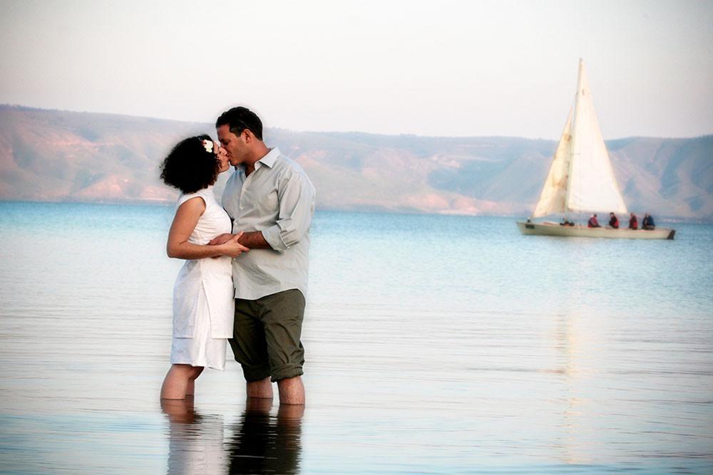 עם הרגליים במים חתונה על שפת הכינרת