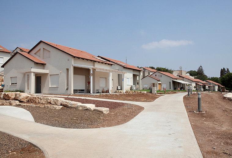 הבית מבחוץ כחלק משכונה מתוכננת, בקיבוץ עין חרוד איחוד. צילום הגר דופלט.