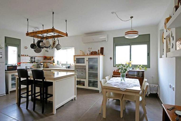 מבט אל פינת האוכל והמטבח. מטבח חדש עוצב כאילו היה שם תמיד.