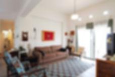 מבט אל הסלון. אקלקטי אישי ובלי לקנות שום דבר חדש. צילום משה בן שחר.
