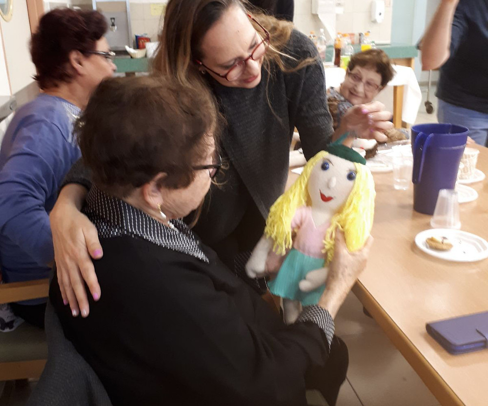 רותי מקבלת את הבובה שלה בפעם הראשונה