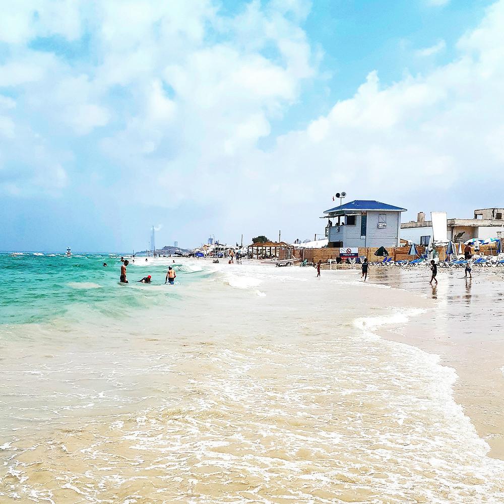 תמונות של שייכות. חוף ימה של תל אביב.