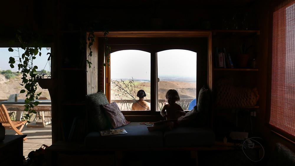 מבט מהחלון אל הנוף הפתוח. מתוך חופשה משפחתית של חיפלופי בתים