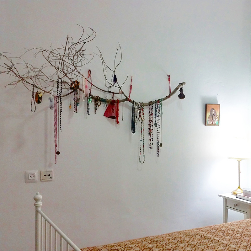 מתלה התכשיטים שיצרנו מענף של עץ זית מהגינה.