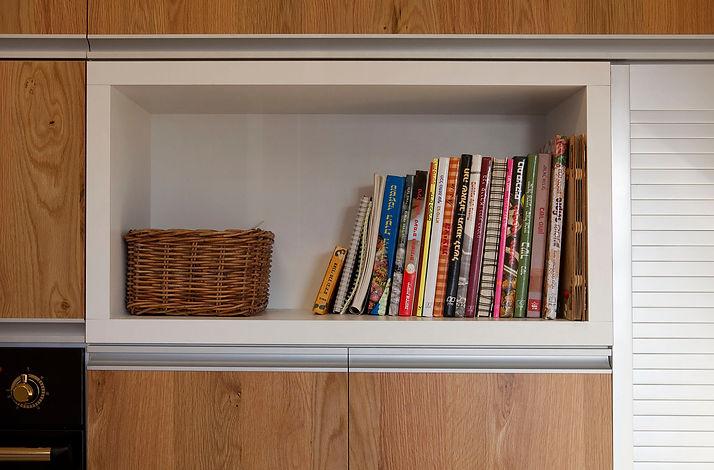 פרט במטבח. מדף פתוח לספרי בישול.