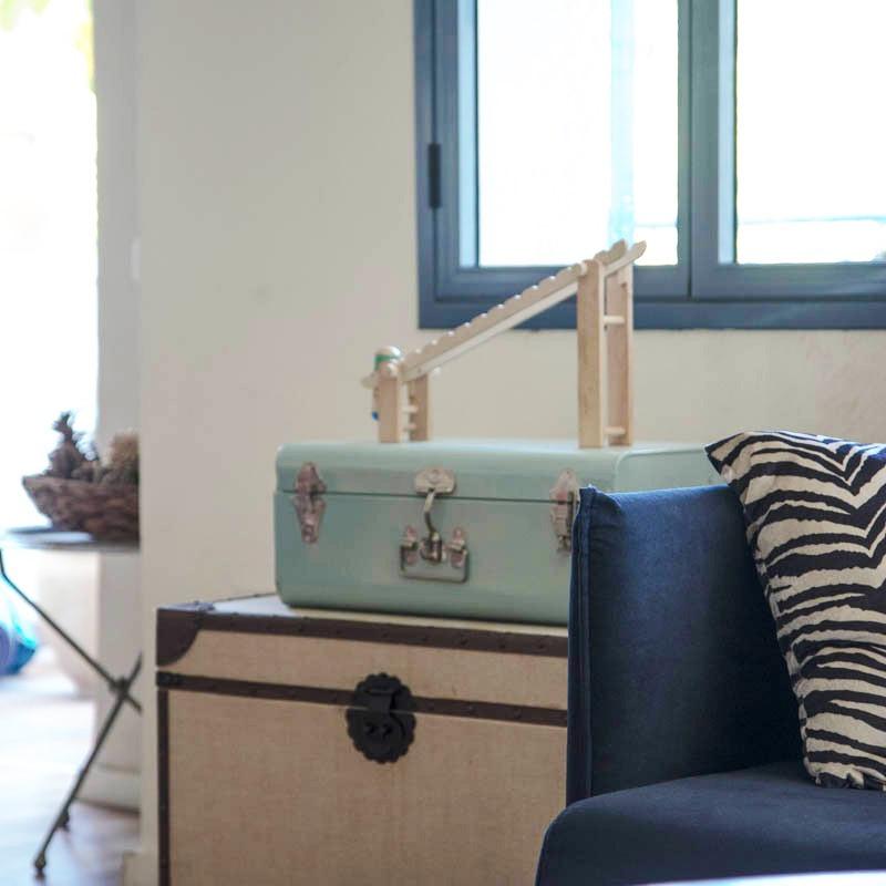 פרט ספה בסלון של קרן בר. תמונות מתוך הבלוג של קרן בר