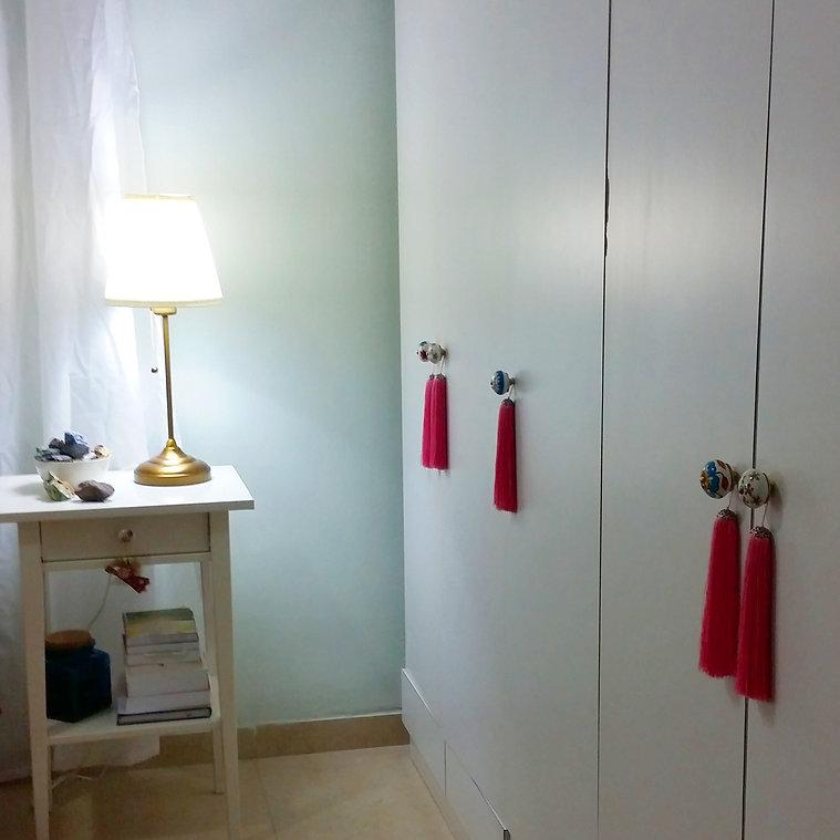 כדי לתת עוד נגיעת עיצוב החלפנו את הידיות בדלתות הארון ותלינו עליהן גדילים וורודים.