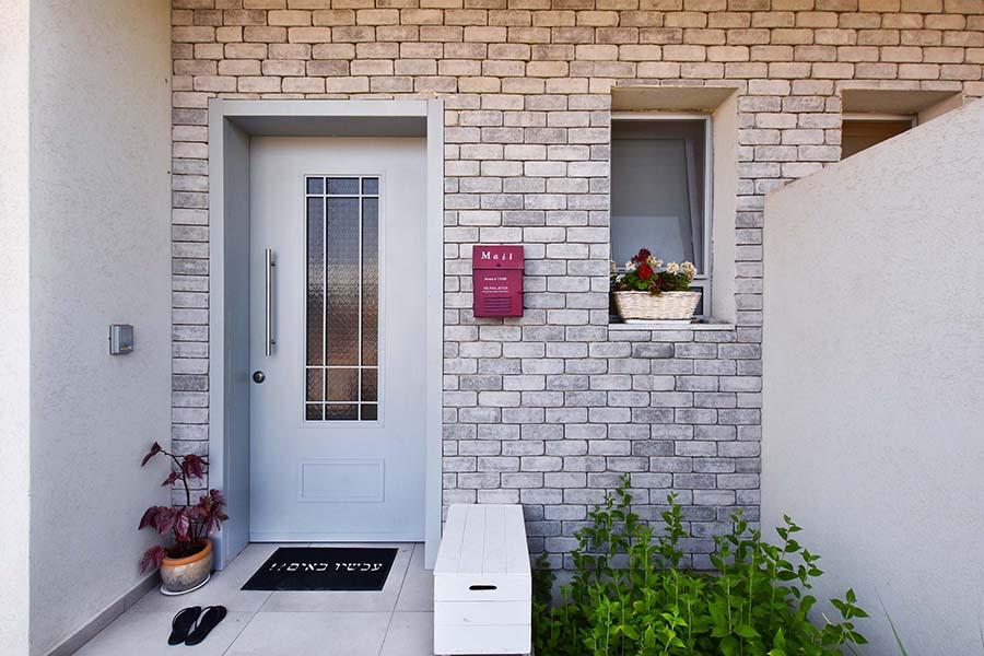 כניסה לבית בתכנונה ועיצובה של מיטל אשכנזי פומרנץ. צילום: סיון מויאל