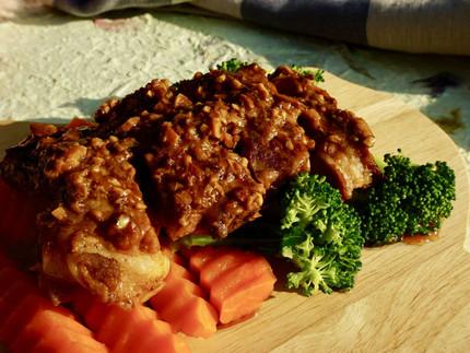 Geschmorte Schweinerippe mit Knoblauchsauce
