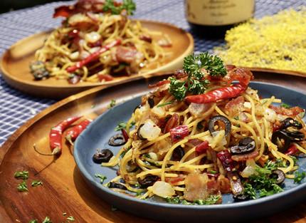 Gebratene Spaghetti mit getrockneten Chillischoten und knusprigem Speck