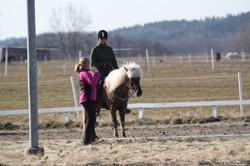 Malin instruerar Katina