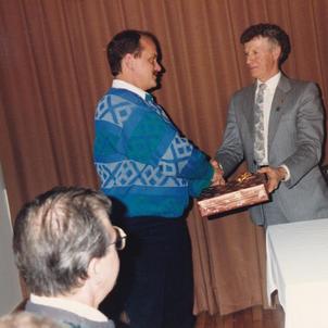 Président Lions Emmanuel Pouliot remet un souvenir à Lions Michel Lefebvre, l'un des fondateurs du Club.