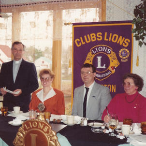 L'abbé Donald Lapointe, invité, en compagnie des Lions Paulette, André Losier et Claire Gagnon, secrétaire.