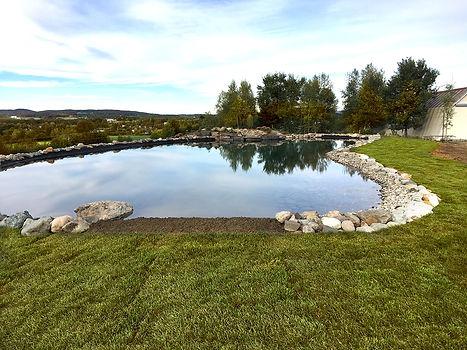 Pose de tourbe autour du lac artificiel par Paysage SR