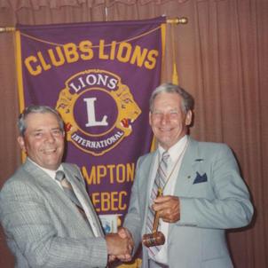 Lions Hertel Gagnon, président 1988-89, remet le marteau au futur président Lions Léonel Drouin.