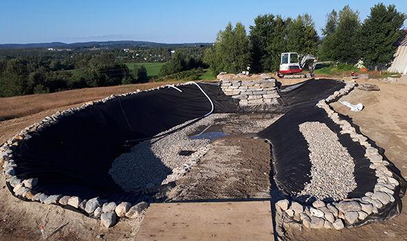 Aménagement muret de roches lac artificiel