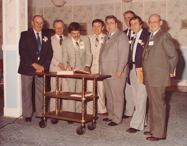 Photo 2 Benoit signe le livre des Lions