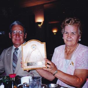 Lions Léonel et Lucille Drouin recevant une plaque de reconnaissance du Club Lions.