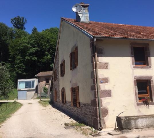 Bauernhaus mit Hüsi im Hintergrund