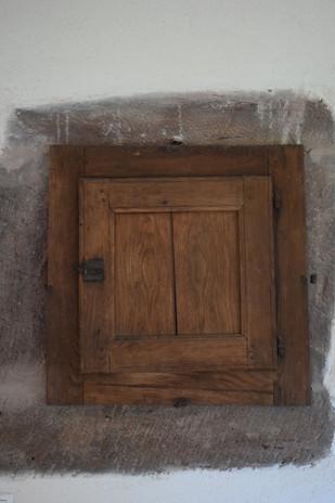 vielle armoire dans le mur
