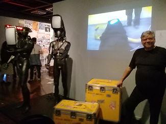 Otávio Donasci posa para o Projet Performanciã na instalação com materiais de sua obra
