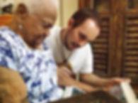 Zuleika mostra fotos antigas para Marcelo Asth durante a entrevista