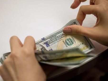 Dólar cae $5 y se cotiza cerca de los $3.715