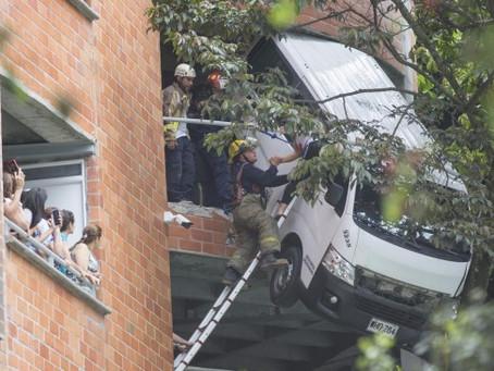 Una buseta quedó colgando de un edificio en Envigado