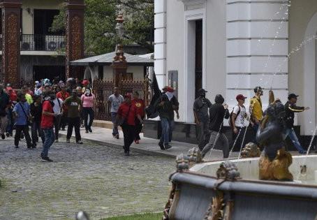 UN COLECTIVO DE ENCAPUCHADOS INGRESARON A LA FUERZA AL PARLAMENTO VENEZOLANO.