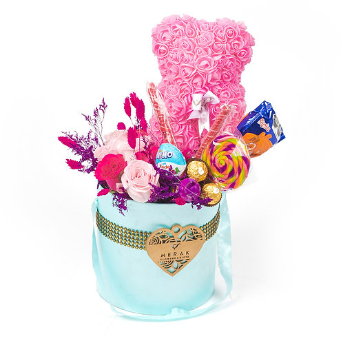 Caja de flores, caramelos y oso de foami