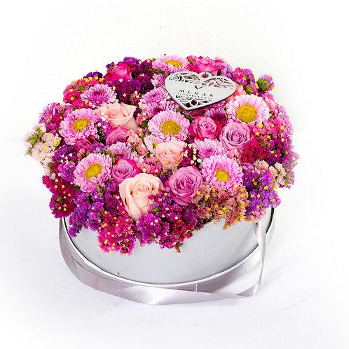 Caja de flores statice, rosas y margaritas