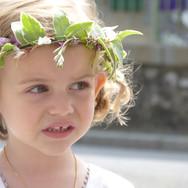 Soin particulier pour le cortège avec des couronnes pour d'adorables petites filles