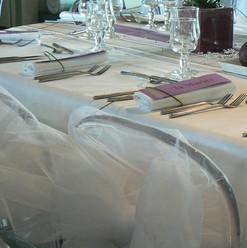 Nous matérialisons les chaises des mariés