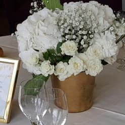 Décor blanc et or. Les accessoires dorés apportent un côté formel qui sied bien à un mariage.