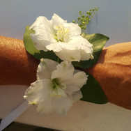 Nous réalisons aussi des bracelets de fleurs pour la mariée, ses témoins, les mamans ...