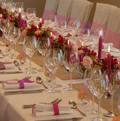 Un long chemin de table rose pour un effet très romantique