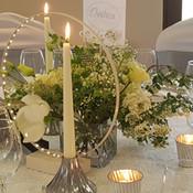 Coup de coeur pour ce décor : beaucoup de fleurs blanches et des bougies