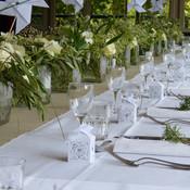 Long chemin de table de fleurs blanches