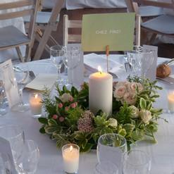 Le centre de table est une couronne de fleurs