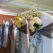 Une attention suplémentaire : des fleurs derrière les fauteuils des Mariés
