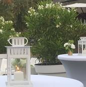 Les mange-debout houssés apportent un côté formel et chic au cocktail.