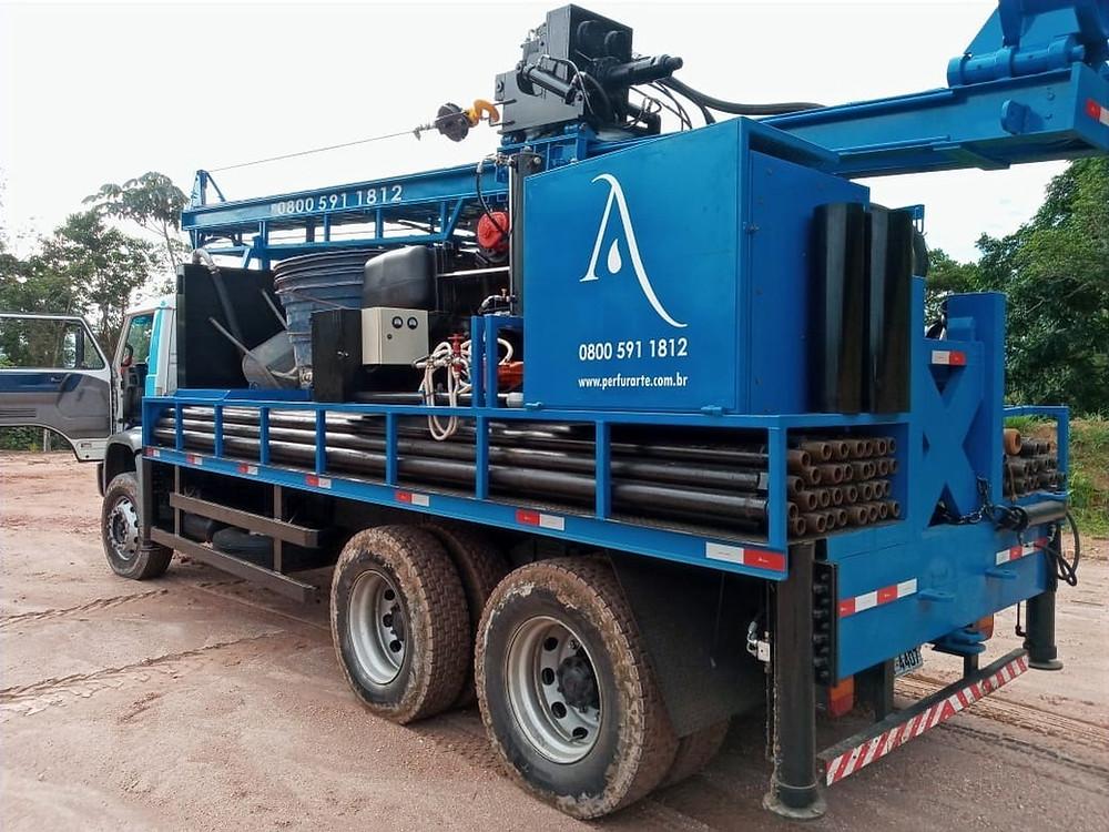 Caminhão com equipamentos para a perfuração de poços artesianos
