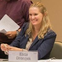 Foto de mulher loira, Élida Drongek