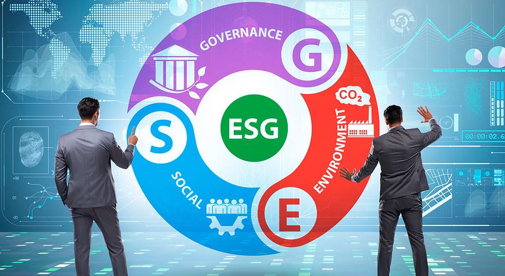 Dois homens em ternos em frente a um infográfico sobre ESG, enviroment, social e governance