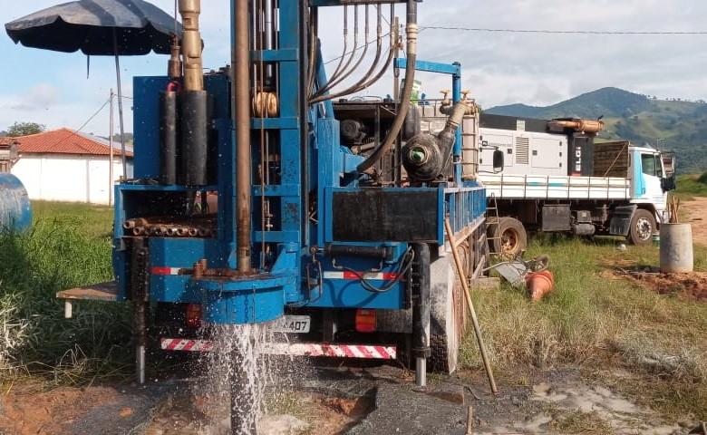 Caminhão com maquinário realizando perfuração de poço artesiano