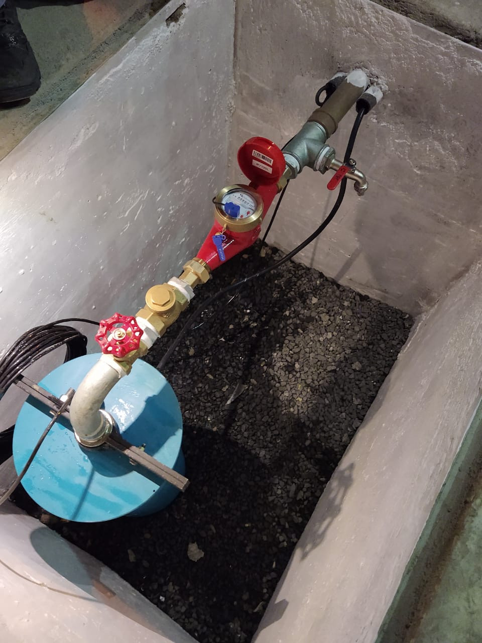 Poço artesiano subterrâneo, com hidrômetro, torneira de coleta e tubulação de monitoramento